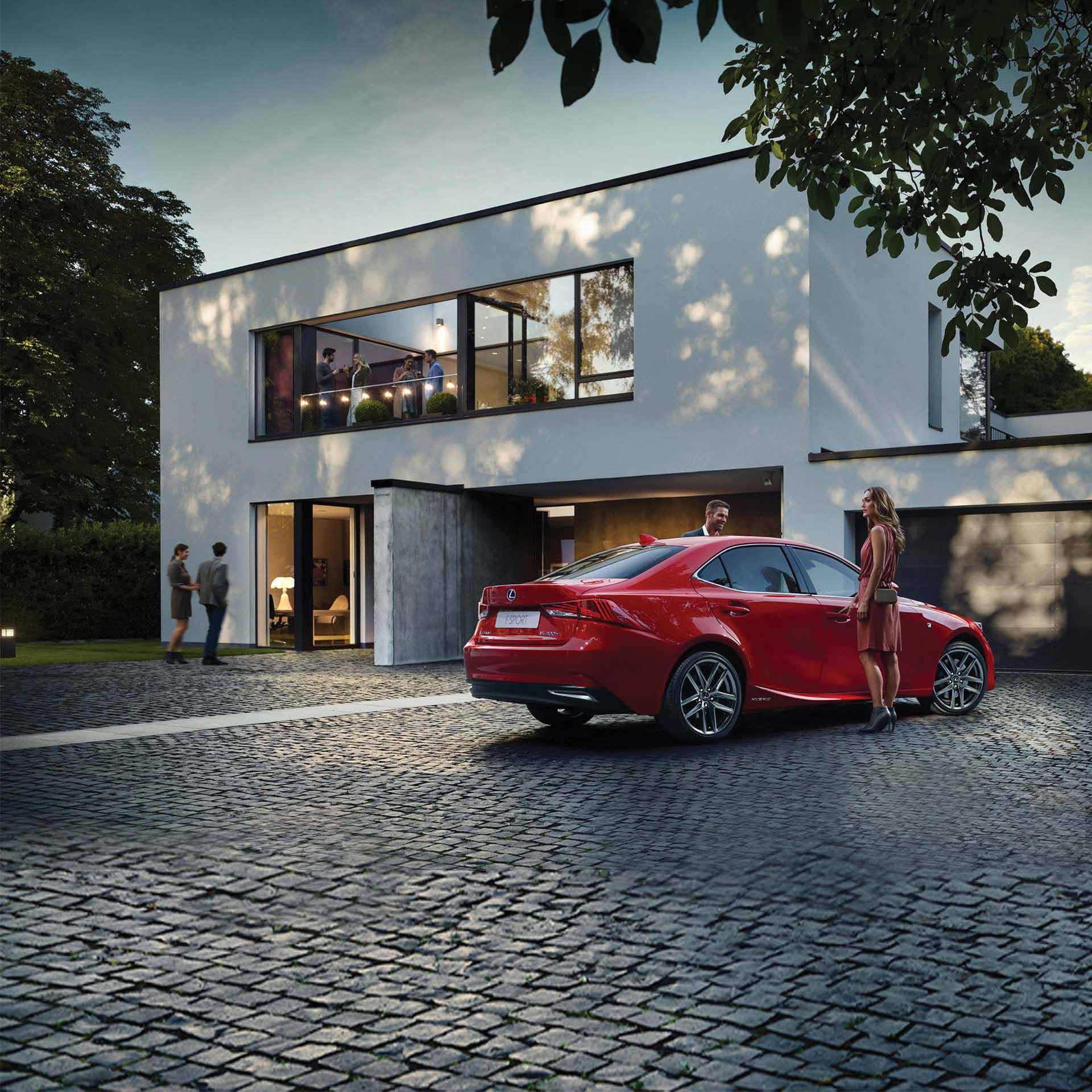 Lexus IS 300h vor Haus