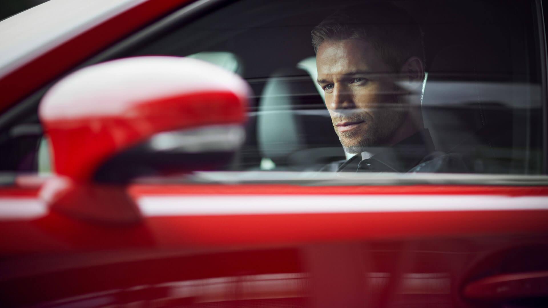 Mann im roten Lexus IS
