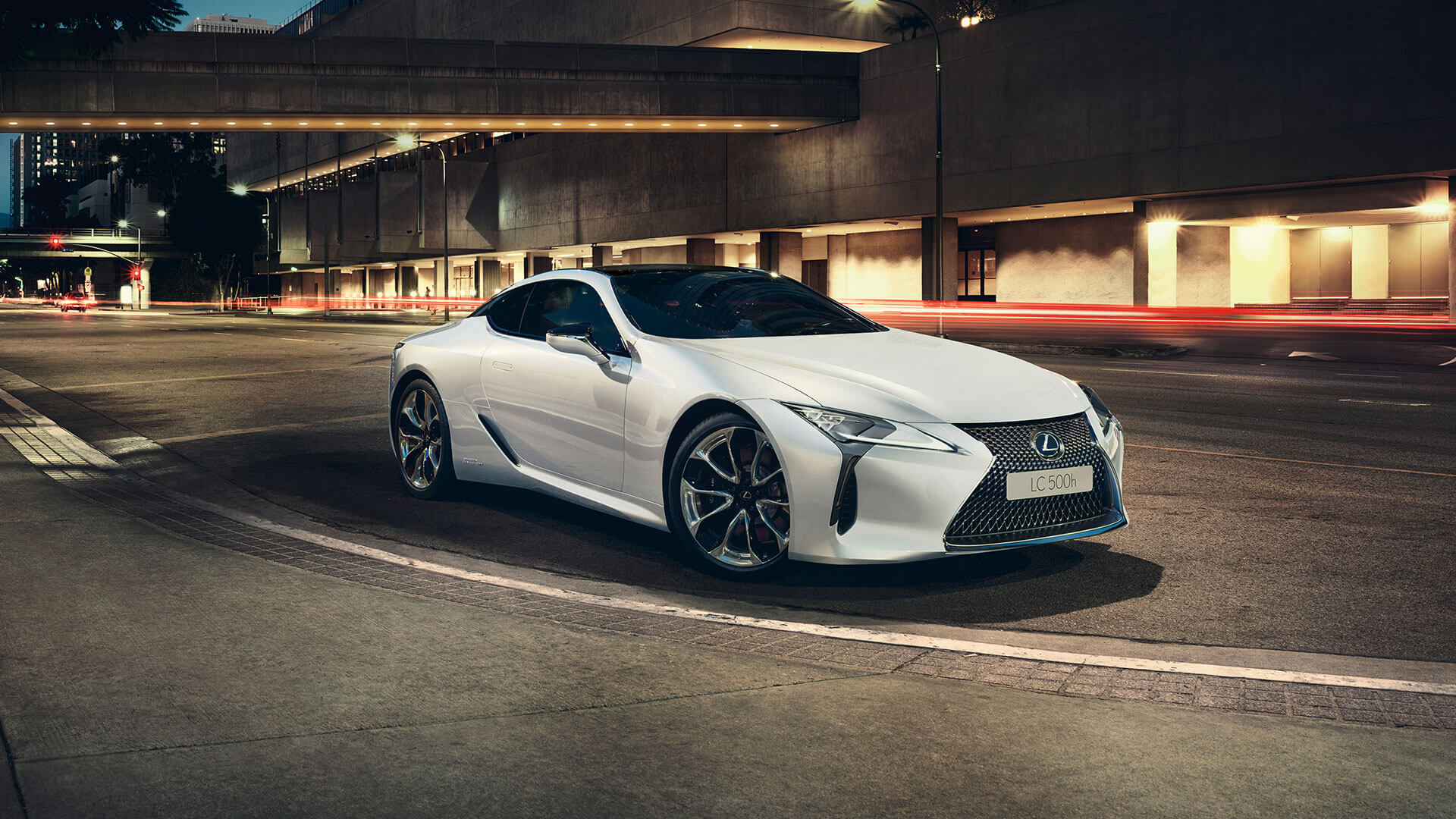 Lexus LC weiß fahrend