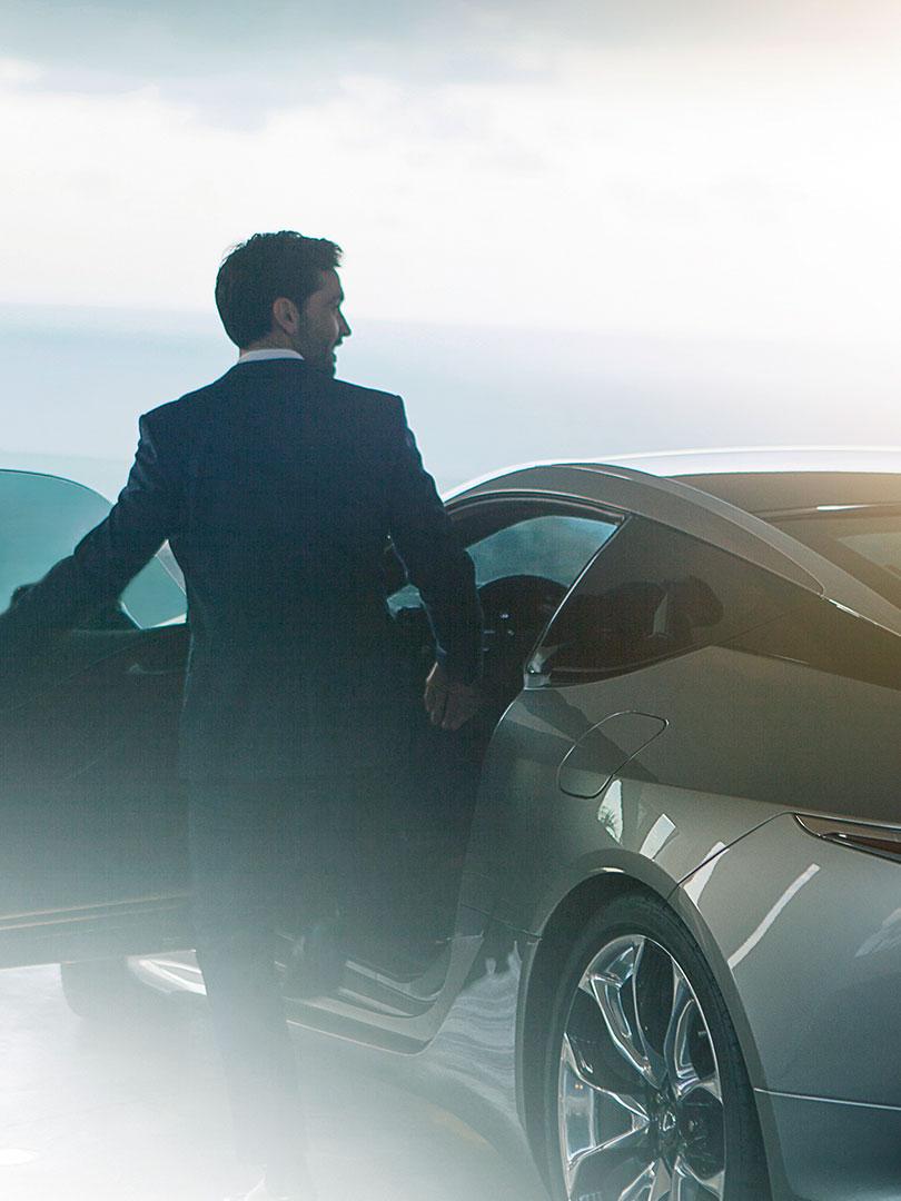 Lexus LC mit Mann