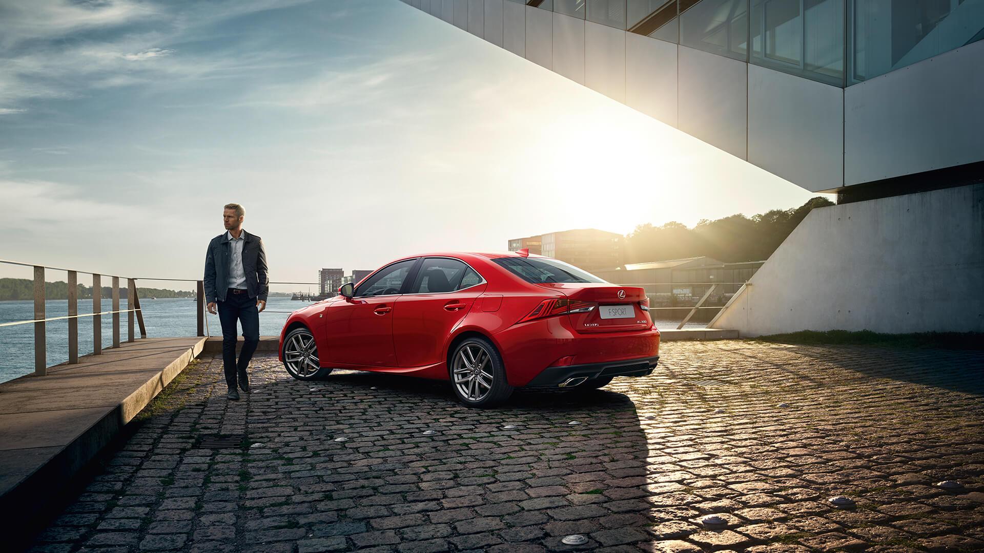 Lexus IS rot Sonnenuntergang