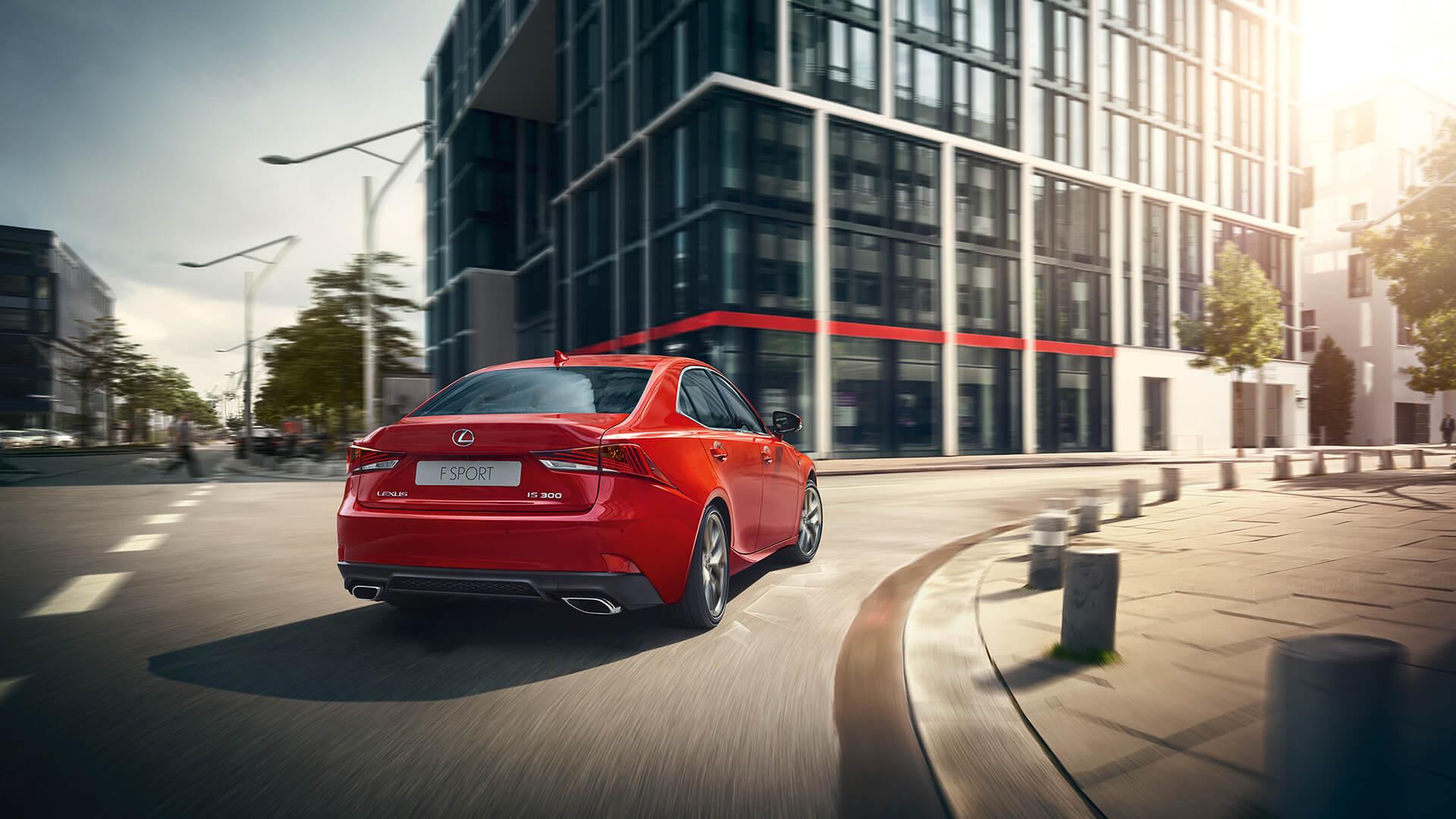 Lexus IS rot fahrend in Stadt