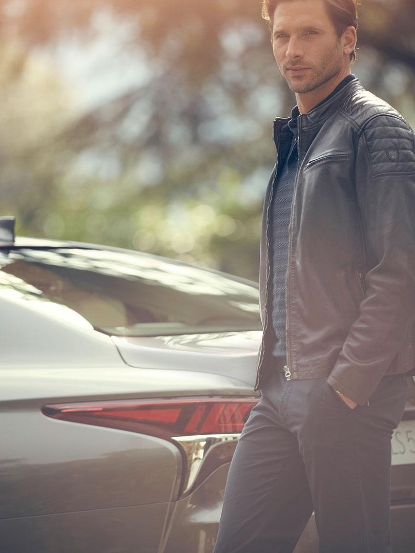 Mann vor Lexus LS