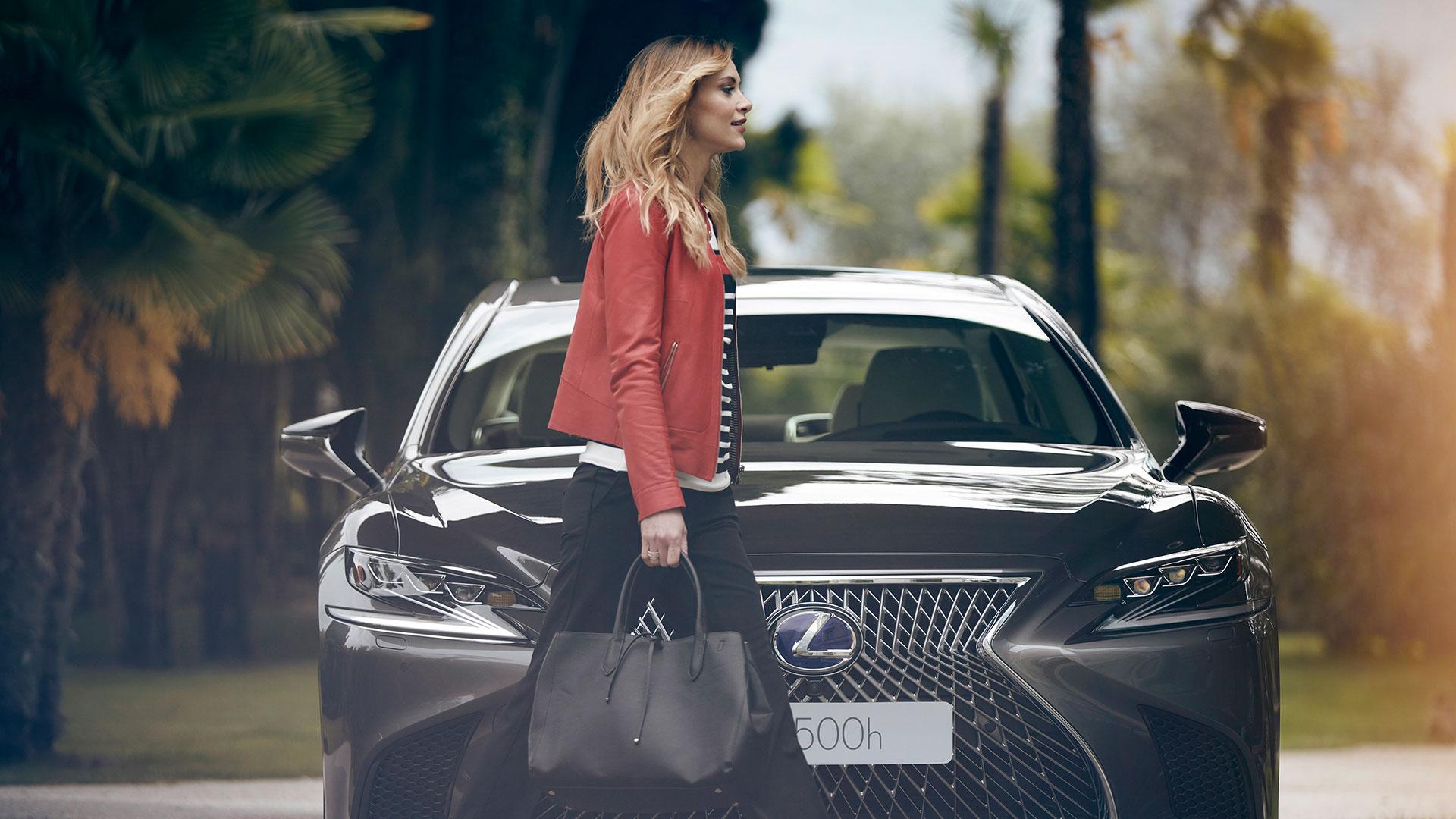 Frau mit Lexus LS von vorn
