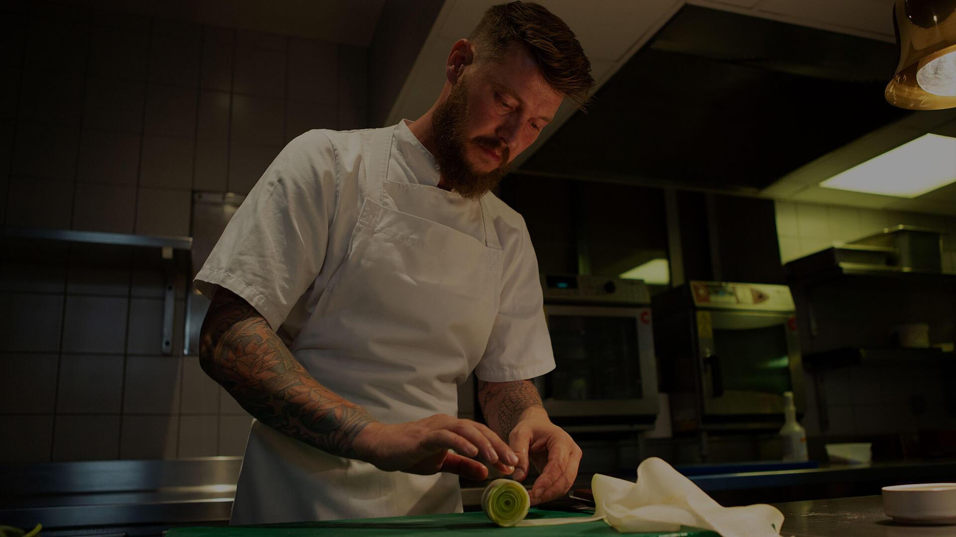 Lexus RC Mann beim Kochen
