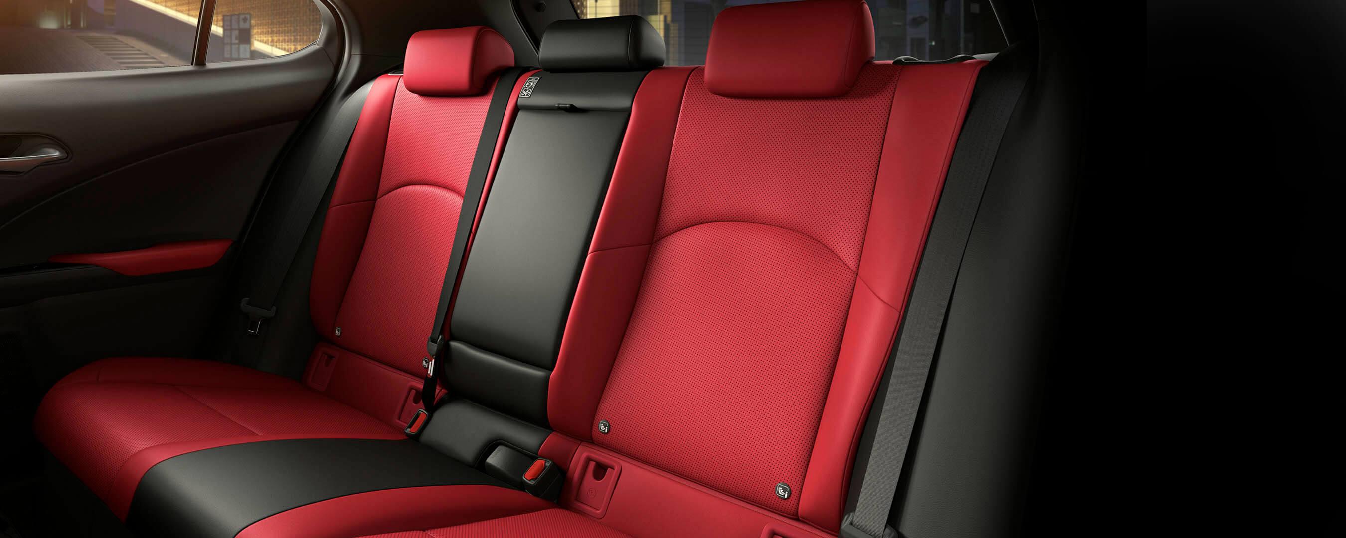 Lexus UX rote Rücksitze