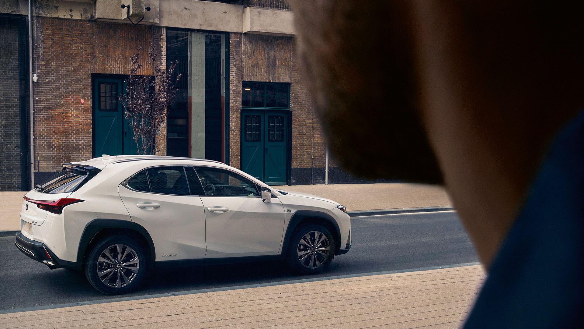 Lexus UX weiß Seitenansicht