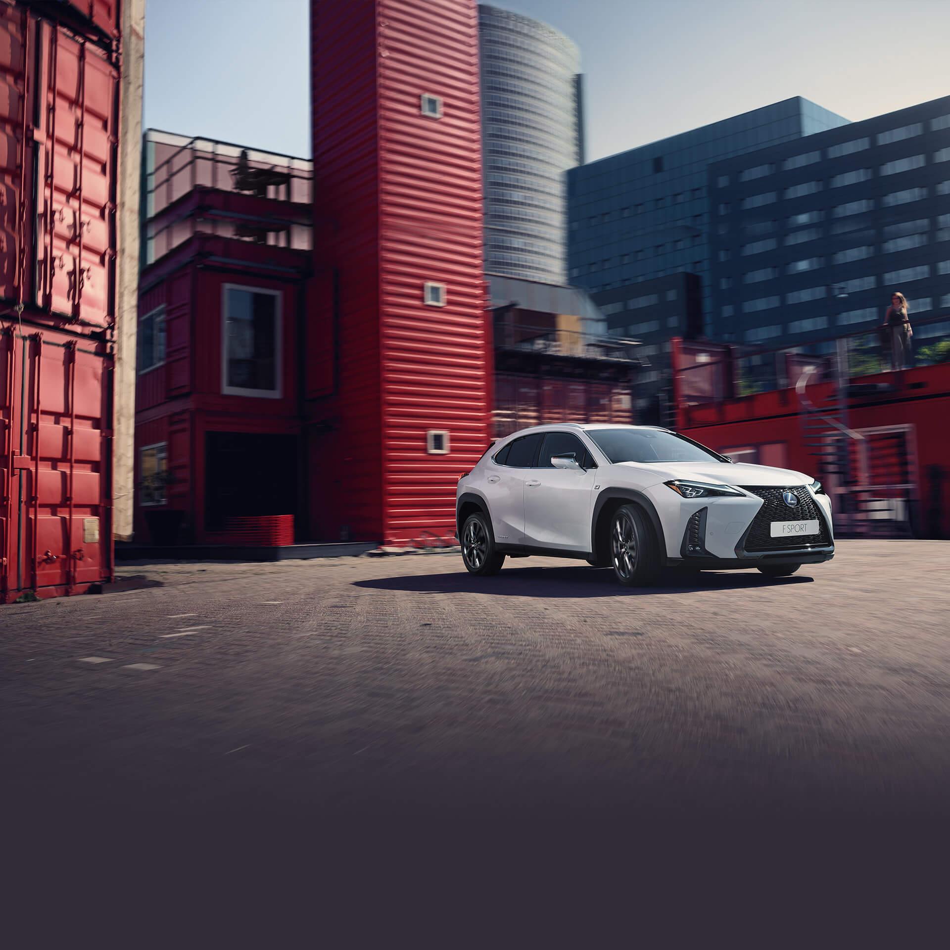 Lexus Hybrid weiß vor Gebäude
