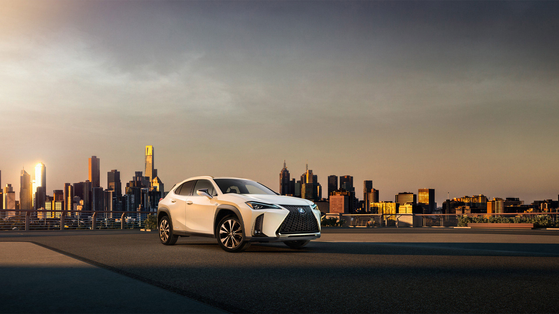 Lexus UX Hybrid vor City Skyline