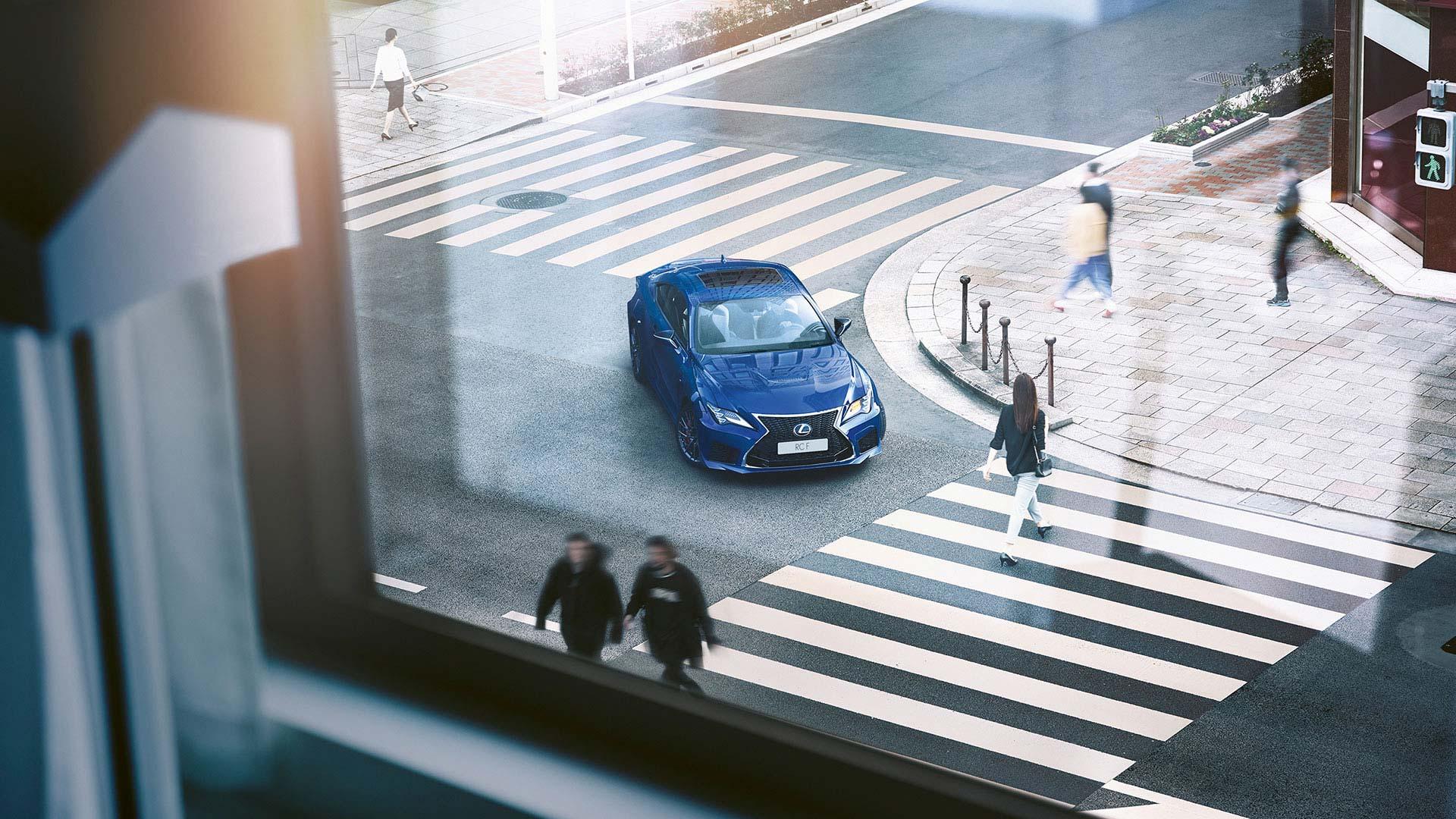 Lexus RC F blau in Stadt