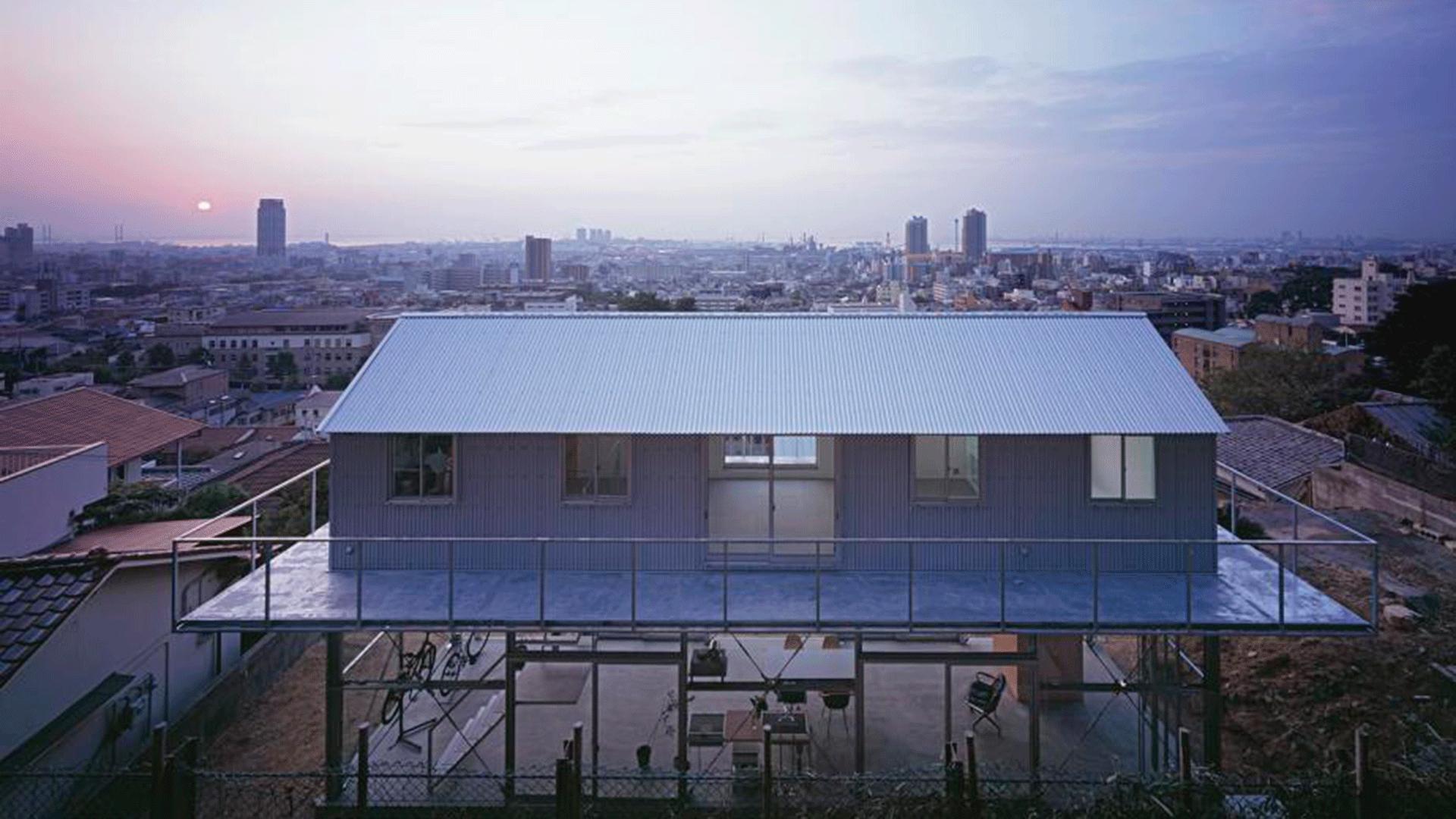 Casa de dos pisos en Japón con estructura metálica y la parte de abajo acristalada