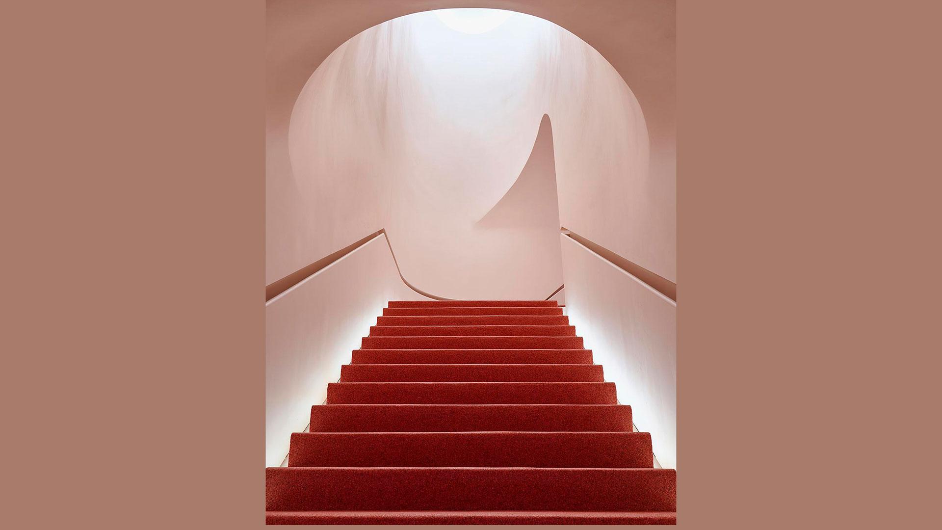 Imagen de escaleras con fondo rosa