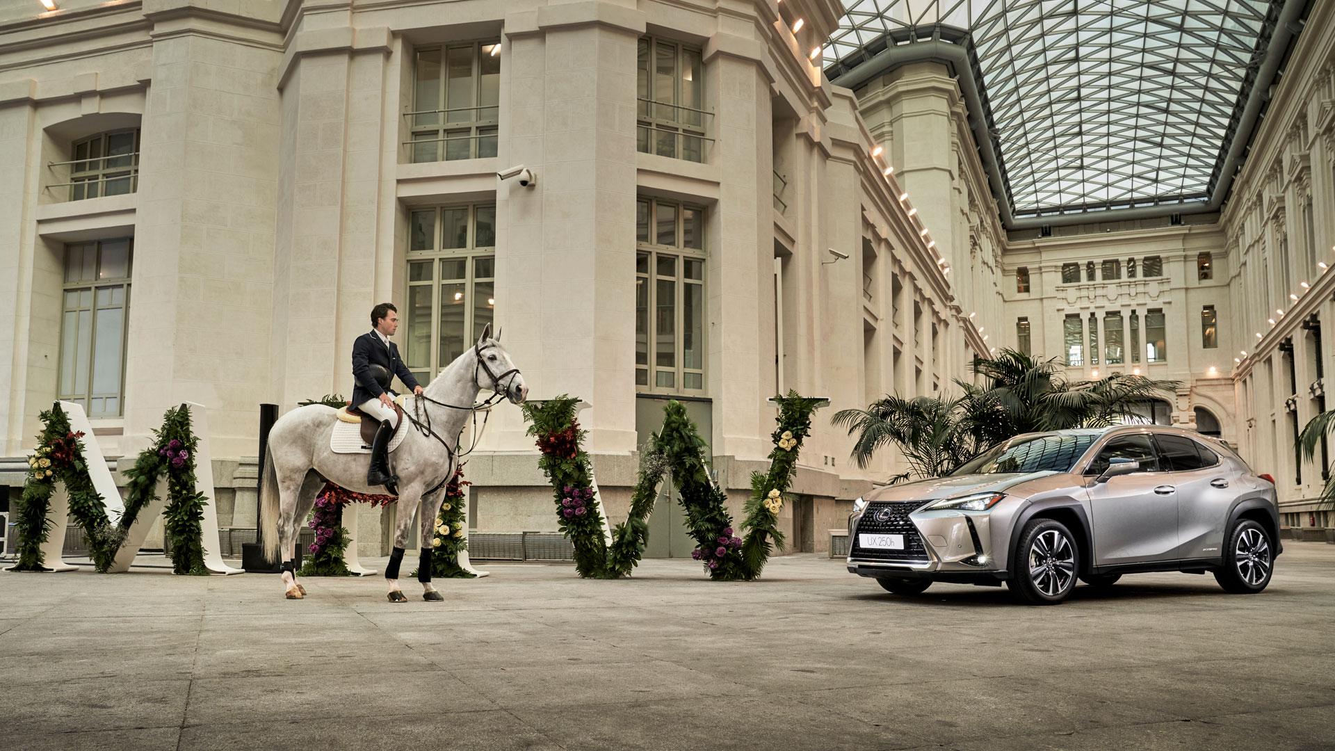 Imagen del nuevo UX junto a un jinete con caballo en el patio del Ayuntamiento de Madrid
