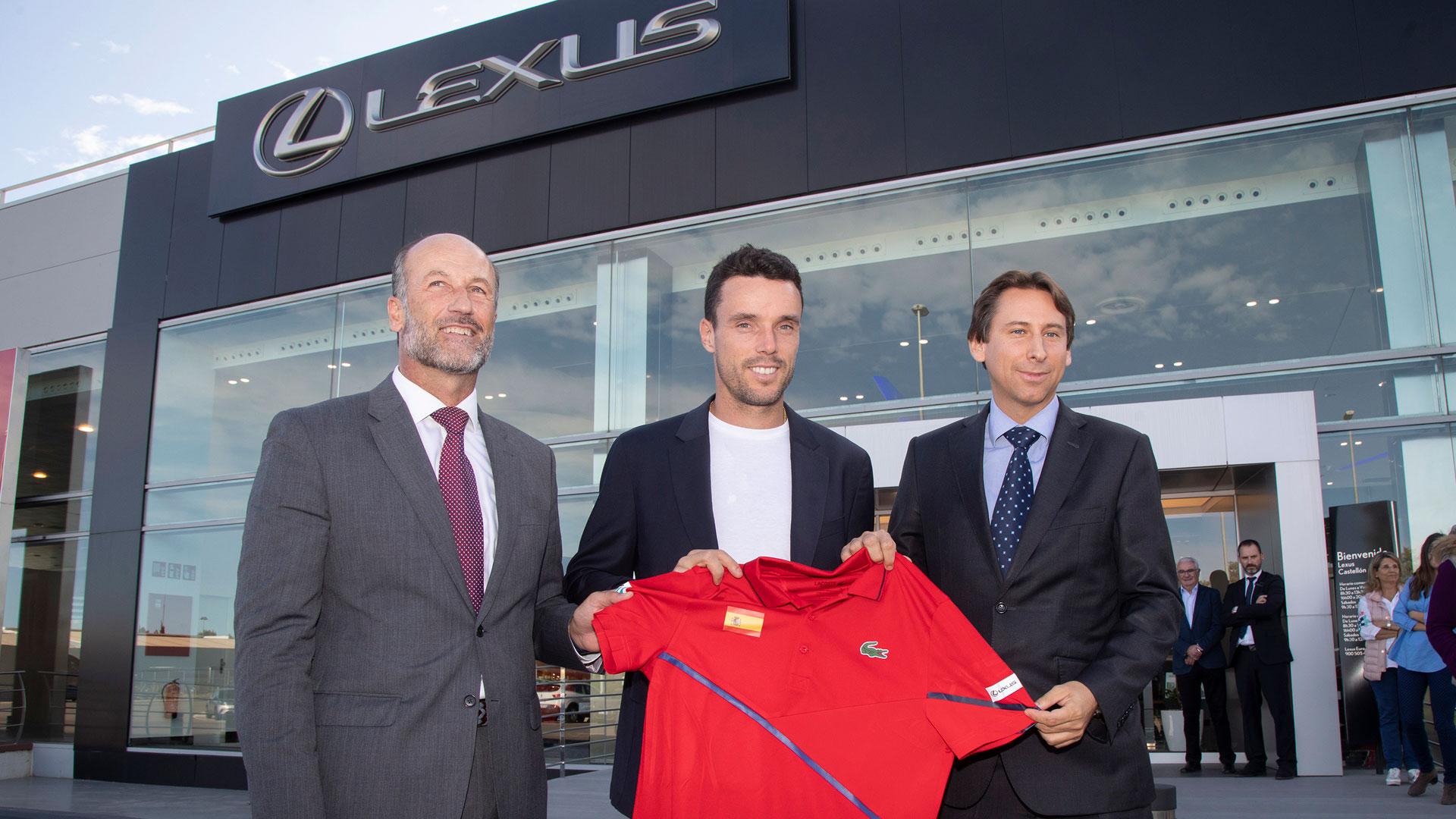 El tenista Roberto Bautista en el concesionario de Lexus Castellón