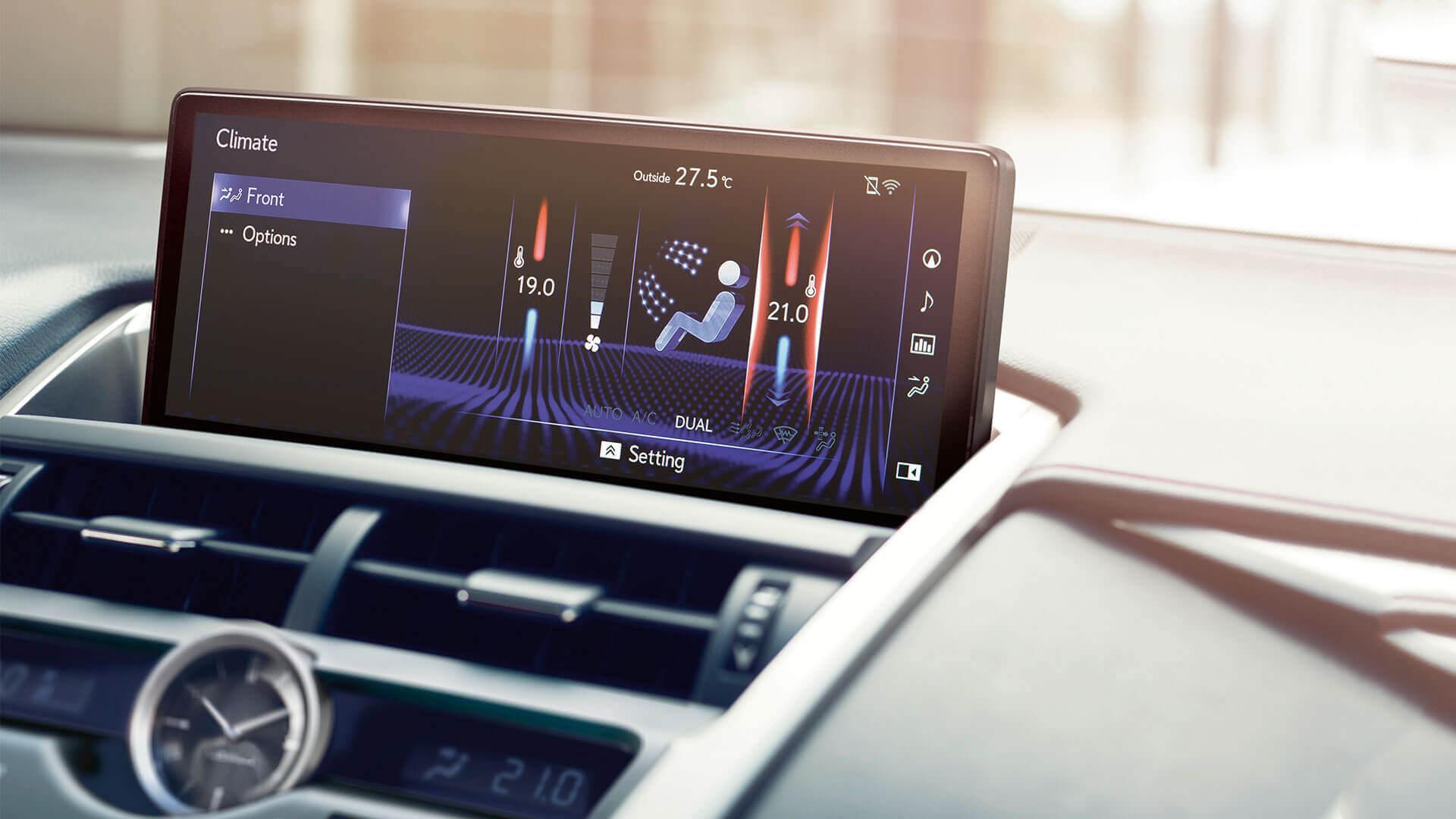 Display van een witte Lexus NX 300h