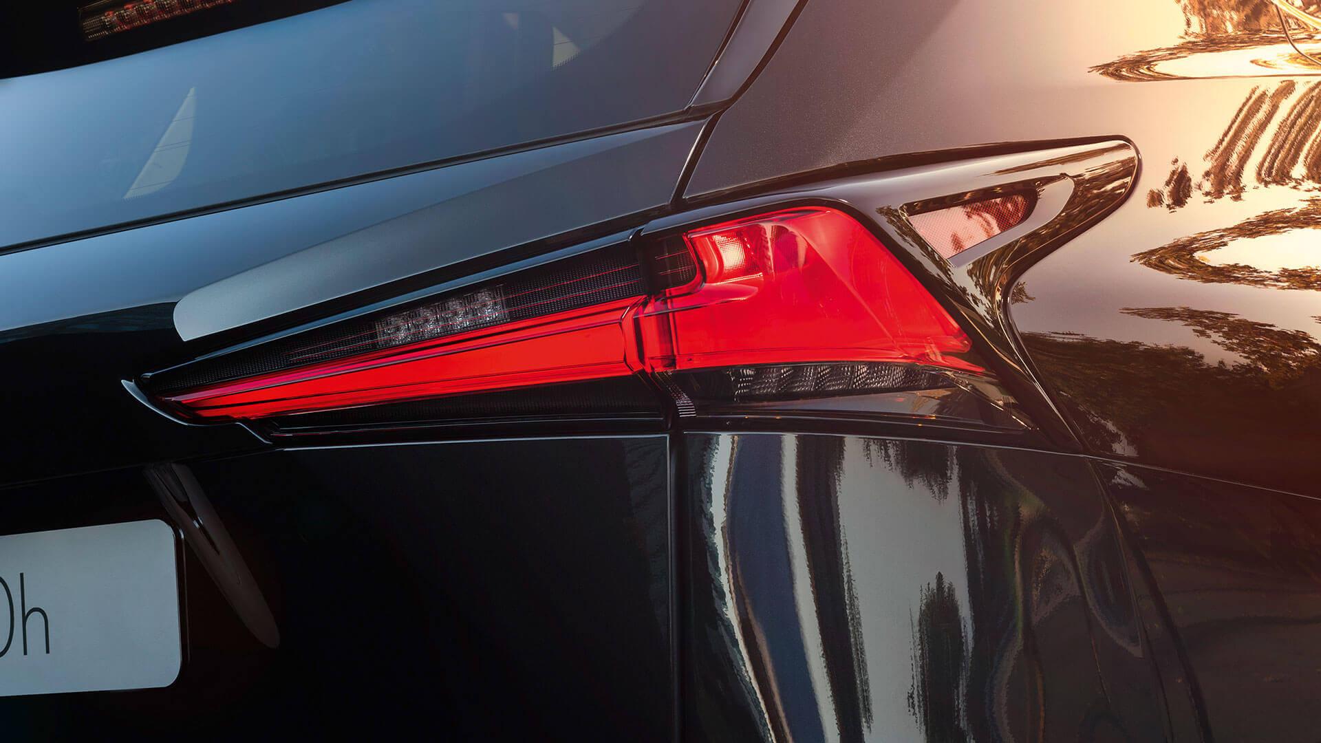 Achterlicht van een zwarte Lexus NX 300h