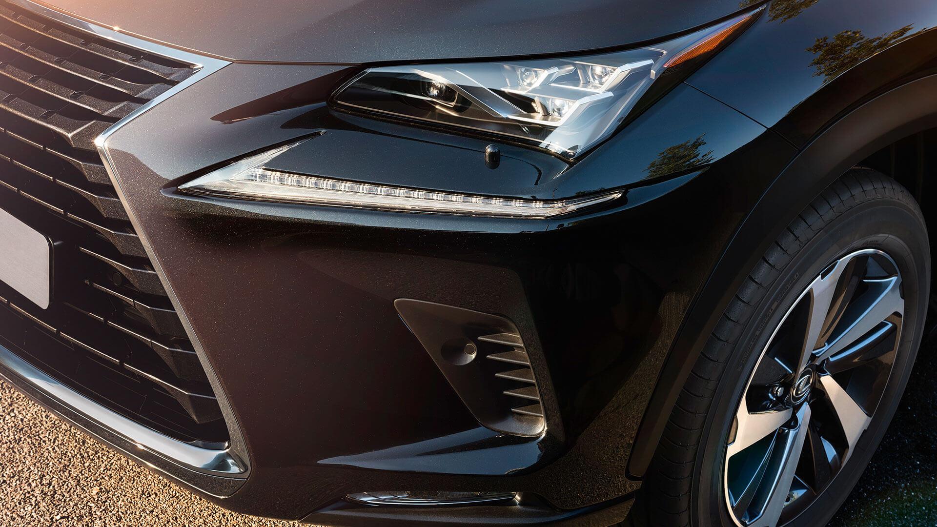 Voorkant van een zwarte Lexus NX 300h