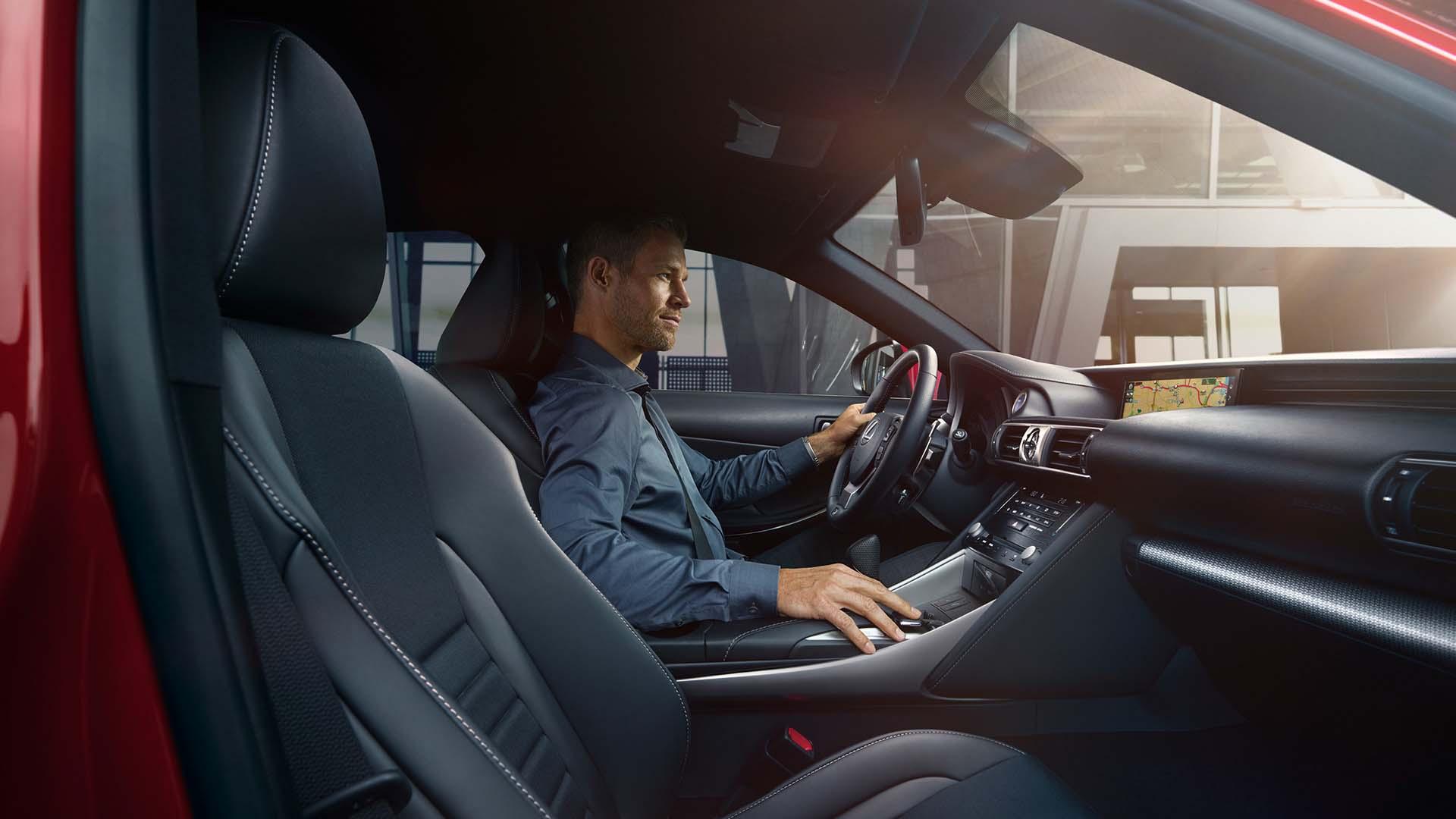 Man achter het stuur van een Lexus