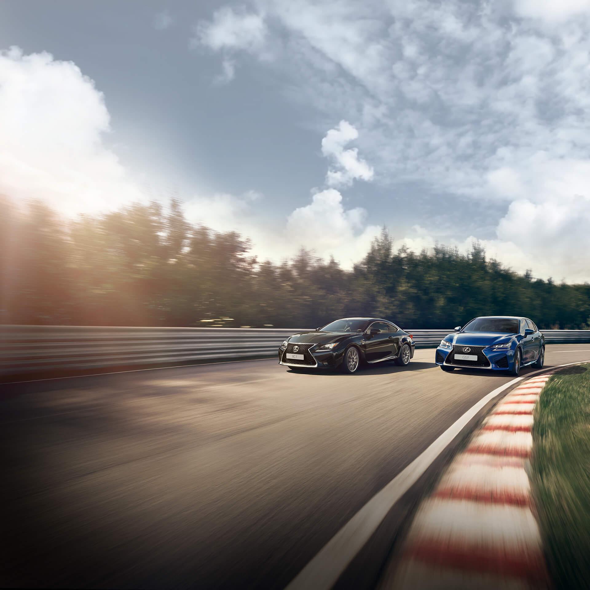 Lexus RC F og GS F kommer kjørende på en bane