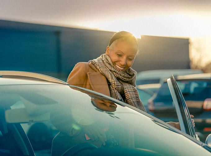 Kvinna som ska provköra bil